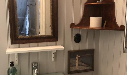 Badrumsinredning med spegel och handfat.