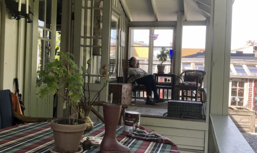 Elisabeth på verandan.