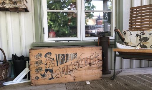 Trälåda från Viskafors-galoscher på verandan.