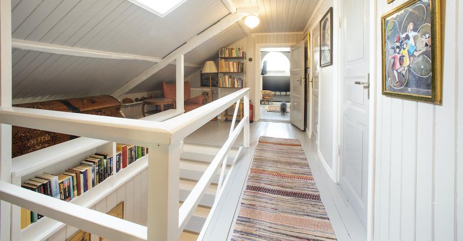 Övre hall med bokhylla och läshörna.